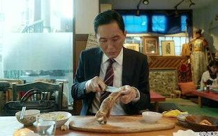 ナイフで肉を骨からそぎ落とし岩塩かタレで食べる、モンゴル羊肉料理:孤独のグルメ