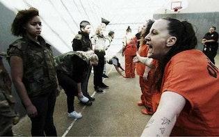 薬物に手を出し窃盗を繰り返す15歳少年、お酒と薬物にハマった16歳少女...家族を困らせ続けてきた少年少女たちが刑務所に体験入所!